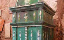 Stufa antica di colore verde presso i laboratori di Stufarte 2