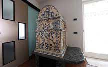 Stufa antica restaurata, con piano in marmo, in una moderna abitazione' title='Stufa antica restaurata, con piano in marmo, in una moderna abitazione