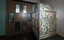 Stufa antica restaurata in una moderna abitazione