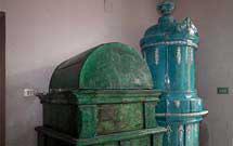 Stufa antica verde e altra stufa blu presso i laboratori di StufArte