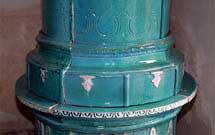 Dettaglio di stufa antica color mare presso i laboratori di StufArte