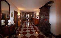 Stufa marrone verticale in un ambiente in stile classico' title='Stufa marrone verticale in un ambiente in stile classico