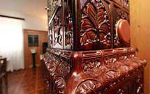 Dettaglio ravvicinato di una stufa marrone verticale in ambiente classico