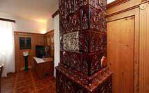 Dettaglio di una stufa marrone verticale in ambiente classico