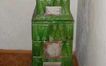Stufa antica restaurata di colore verde