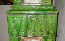 Dettagli di stufa antica restaurata di colore verde