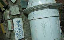 Stufa antica di colore bianco presso il laboratorio di StufArte