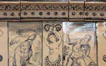 Dettaglio laterale di stufa a olle con decorazione a mano di colore blu