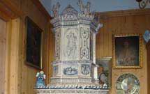Dettaglio superiore di stufa a olle con decorazione a mano situata in locale con arredamento classico