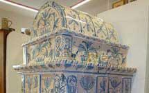 Stufa decorata a mano con disegni floreali