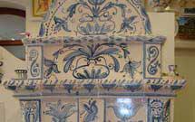 Stufa decorata a mano con disegni floreali di colore azzurro