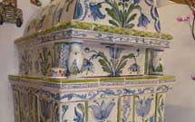 Stufa decorata a mano con disegni floreali di colore verde ed azzurro, dettaglio