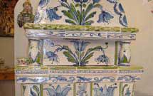 Stufa decorata a mano con disegni floreali di colore verde ed azzurro' title='Stufa decorata a mano con disegni floreali di colore verde ed azzurro