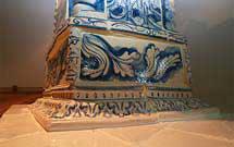 Dettaglio di una stufa a olle bianca con decorazione di colore blu' title='Dettaglio di una stufa a olle bianca con decorazione di colore blu