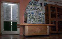 Stufa decorata a mano con disegni floreali di colore verde ed azzurro con panca 2