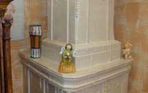 Stufa squadrata di colore bianco lucido presso un'abitazione' title='Stufa squadrata di colore bianco lucido presso un'abitazione