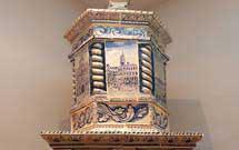 Stufa a olle bianca con decorazione di colore blu, parte superiore