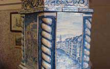 Dettaglio di stufa a olle bianca con decorazione di colore blu presso il punto espositivo StufArte