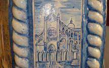 Dettaglio laterale di stufa a olle bianca con decorazione di colore blu presso il punto espositivo StufArte