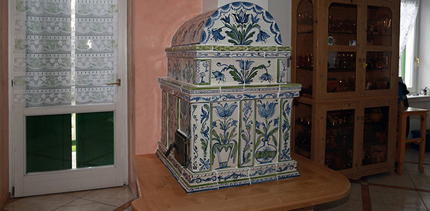 Stufa classica in maiolica con decorazioni a mano - StufArte.it